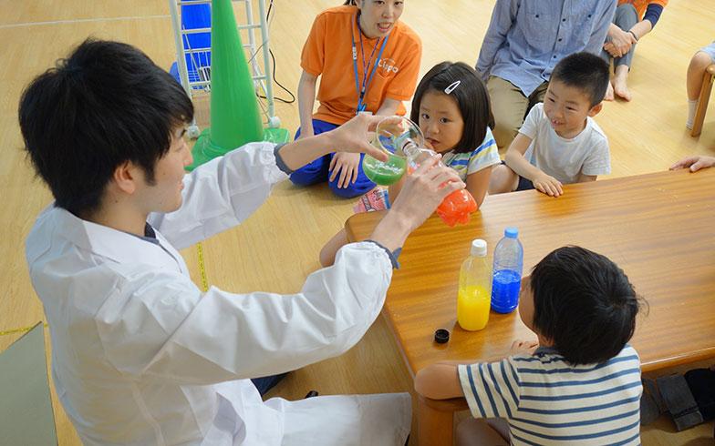 【画像4】大学院のお兄さんによる科学の実験も体験します(画像提供/阪急電鉄)