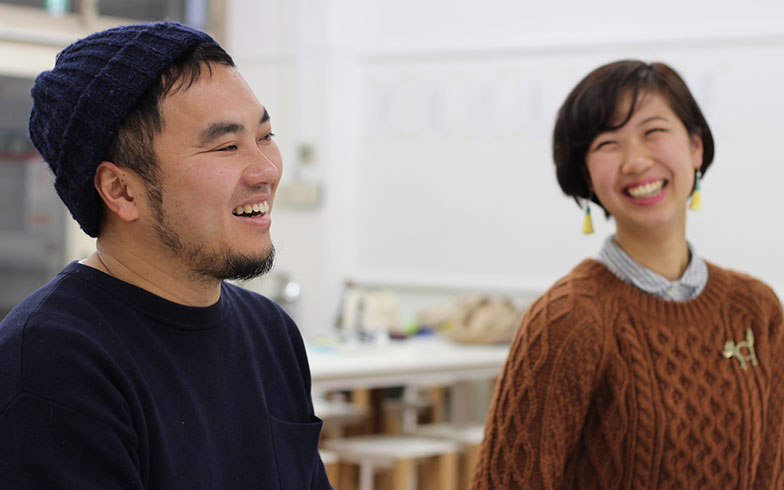 【画像1】「大家の学校」教室での青木さん。右はアシスタントの宮田サラさん(写真撮影/hato)