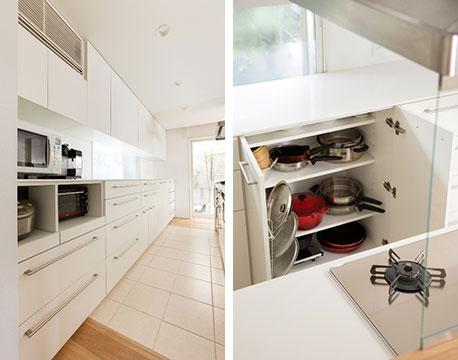 【画像3】キッチンの背面収納は、手持ちの家電の大きさをはかり、使っていないときは収納できるように設計。開き戸の棚板は奥行きを浅めにしておけば、戸裏にラックなどを取り付けて収納スペースとして活用できます(写真撮影/永野佳世、写真提供/アトリエサラ)