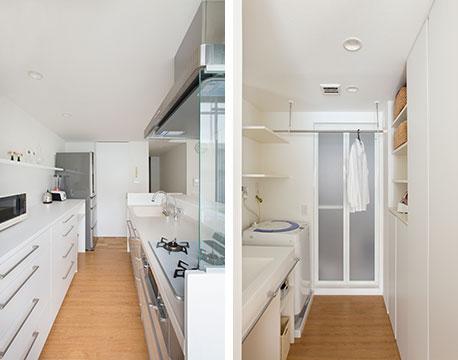 【画像7】キッチンのシンクと背面収納の間は狭いほうが調理中の動きが減ってラク。思った以上に狭い「75から80cmがベスト」とのこと。キッチン奥の引き戸の先は、洗面所、浴室へとつながっています(写真撮影/永野佳世、写真提供/アトリエサラ)