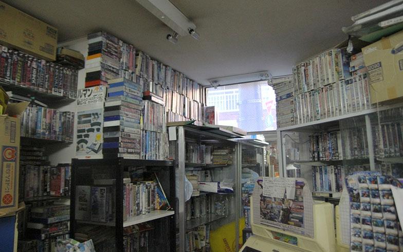 【画像14】趣味は映画というトシちゃん。コレクションの一部を販売している(写真撮影/小野洋平)