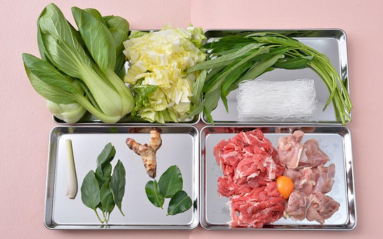 【画像1】スープに使うバイマックルーやレモングラスといったタイハーブ(左下)は、タイ料理に欠かせない。また、牛肉と鶏肉の両方を入れるのだが、卵を混ぜてから鍋で煮込むのがタイ流鍋のポイント(右下)。「卵でお肉が柔らかくなる」そうで、その真偽のほどは……ぜひ実食でお試しあれ!(写真撮影/森カズシゲ)