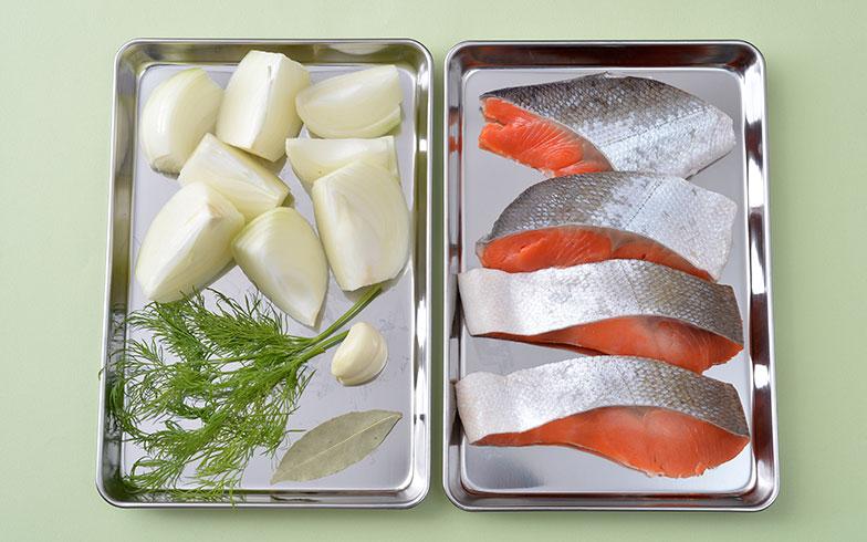 【画像8】具材のメインは、玉ねぎと魚のみ。ホーロー鍋でじっくり煮込めばうま味たっぷりのスープができる(写真撮影/森カズシゲ)