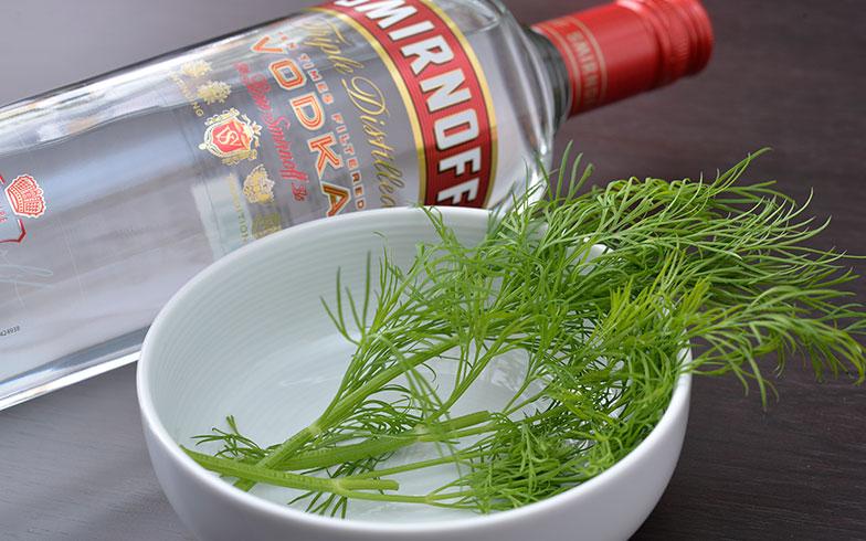【画像9】ロシアならではの味付けに欠かせない、爽やかな香りのハーブ「ディル」は魚料理にぴったり。細かくみじん切りにして入れる。ウォッカを入れることで、身体もより温まりそう(写真撮影/森カズシゲ)