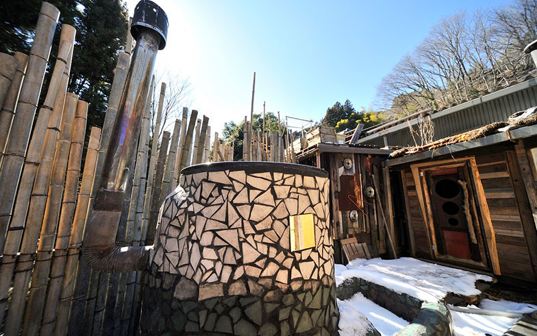 【画像8】なんと、露天の五右衛門風呂。手づくりの浴槽はアート作品のようである。星空を眺めながらの入浴、最高だろうな……(写真撮影/松倉広治)