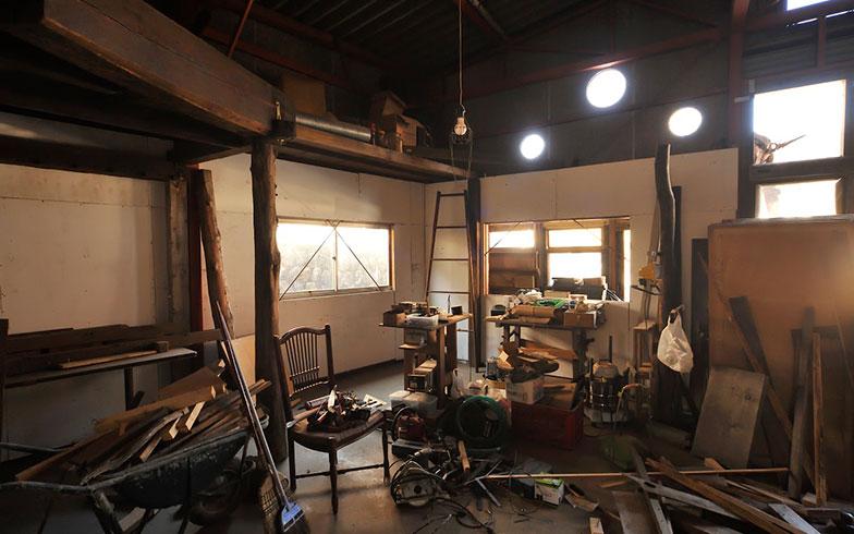 【画像12】これらの工具や機材のほとんどが「近所のおじいちゃん」や、引退する木工作家さんからの頂き物なのだとか。地域の人々に愛される、飛龍さんの人柄がうかがえる(写真撮影/松倉広治)