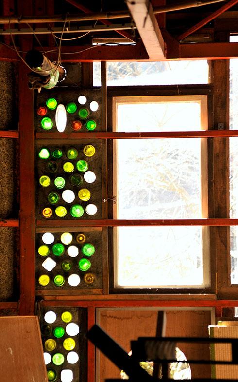 【画像14】奥の壁にはステンドグラスのような装飾が施されていた(写真撮影/松倉広治)