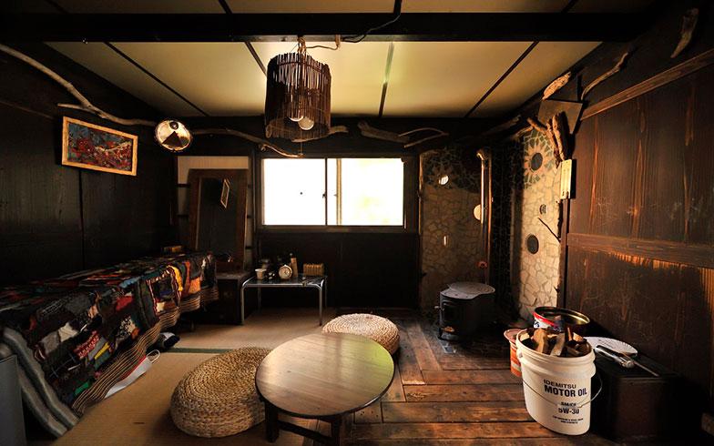 【画像16】こちらは工場時代の休憩室。ここも廃材を使って装飾・リノベーション。ただの掘っ建て小屋が、趣ある内装に生まれ変わっている(写真撮影/松倉広治)