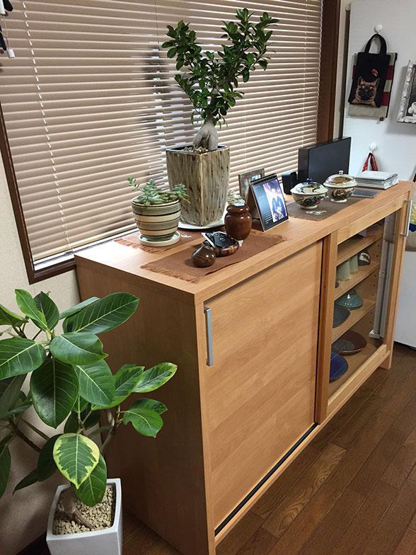 【画像3】食器棚と雑貨(写真撮影/松村徹)