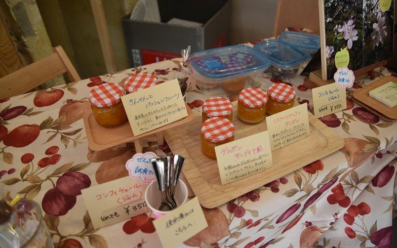 【画像3】季節の果物を使ったスイーツジャムが並ぶ「りんご畑の菓子工房 千果」(写真撮影/榎並紀行)