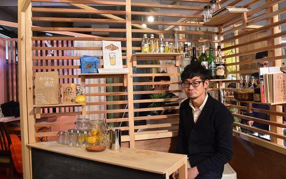 【画像7】なお、運営側の大見謝さん自身も「カクテル商店」というブースを出店。ライター業の縁から商品をセレクトし、沖縄のルートビアなどを使った特製ジュースも提供する(写真撮影/榎並紀行)
