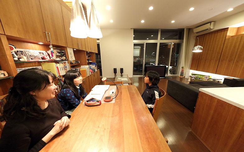 【画像1】リビングに入った瞬間、まず感動したのが、約3mあるという天井の高さ。2LDKを1LDKにしてリビングを広げた宮内邸では、天井の高さと部屋の横幅のバランスが絶妙。開放感、高級感がアップして見えます(写真撮影/飯田照明)