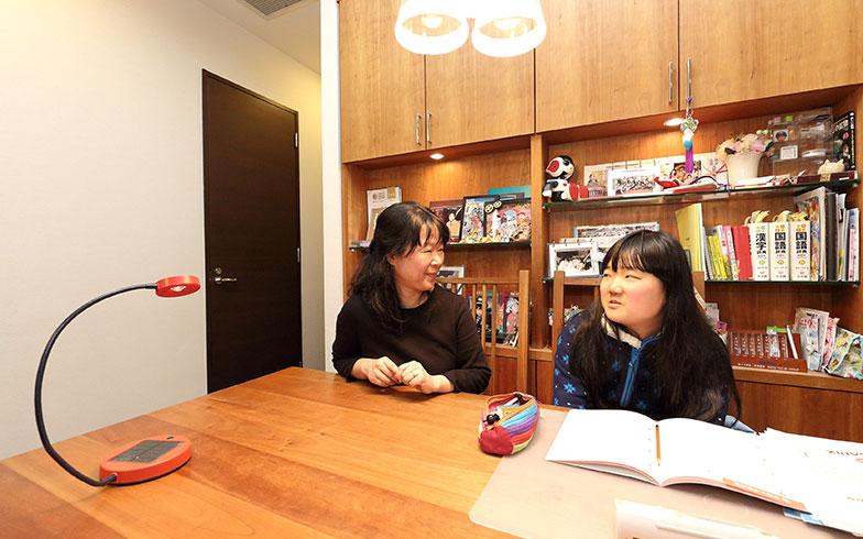 【画像4】毎日の宿題だけでなく、試験勉強もダイニングテーブルで。すぐ後ろにある造作家具の一部がシェルフになっているため、振り向けばすぐ手の届く場所に教科書や辞書などが収められていました(写真撮影/飯田照明)