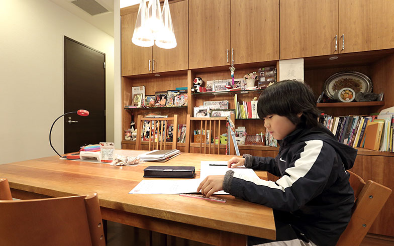 【画像6】姉弟ともに、宿題はリビングでするという宮内家。キッチンから目の届く場所にダイニングテーブルがあるため、夕飯の支度をする両親と会話しながら勉強することができます(写真撮影/飯田照明)