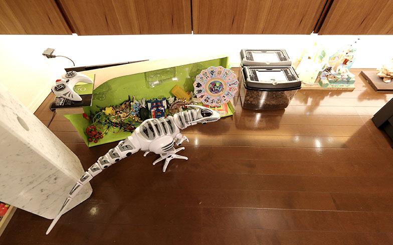 【画像9】戸境壁側の収納スペースの下は、あえて空間を開けて「抜け感」を演出。床が広く見えることで開放感が高まります。宮内家では、ここを姉弟の作品の展示スペース兼カブトムシの幼虫の飼育スペースとして活用中(写真撮影/飯田照明)