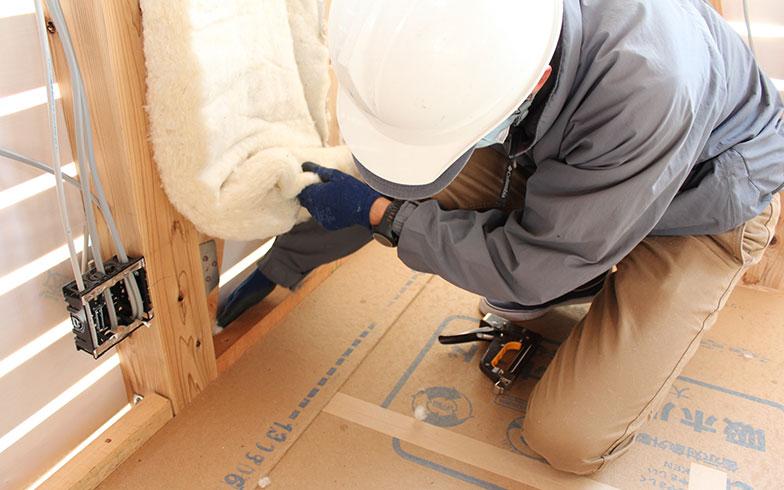 【画像1】内断熱工法の施工の様子(写真/PIXTA)