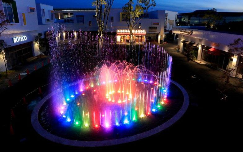 【画像11】1日に4回「セントラルパーク」で行われる音と光の噴水ショー。夜は特にムード満点(写真提供/メイカーズ ピア)