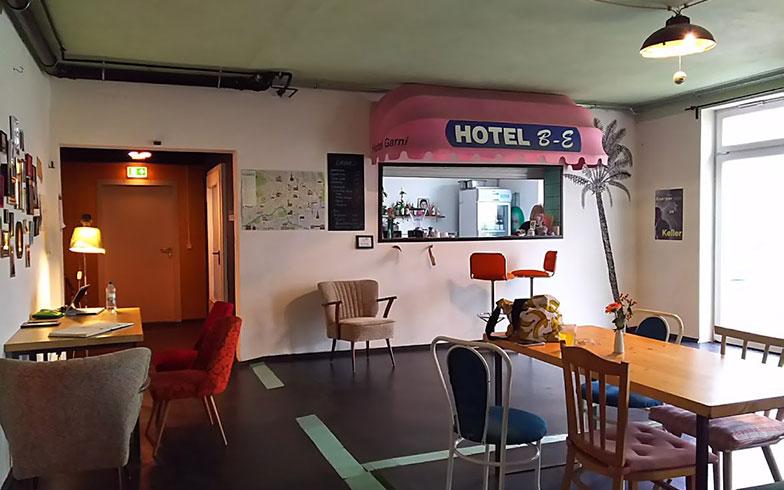 【画像1】ホステルのフロントとロビー(写真撮影/SUUMOジャーナル編集部)