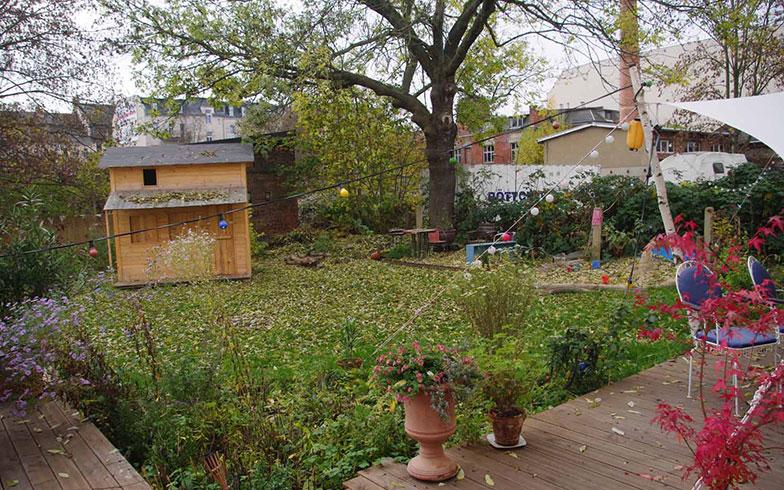 【画像2】裏庭は広々として街なかにあってくつろげる空間だ(写真撮影/村島正彦)