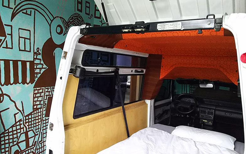【画像4】友人のアーティストが手掛けたというクルマをベッドにした部屋。ほかにも個性的な部屋がある(写真撮影/SUUMOジャーナル編集部)