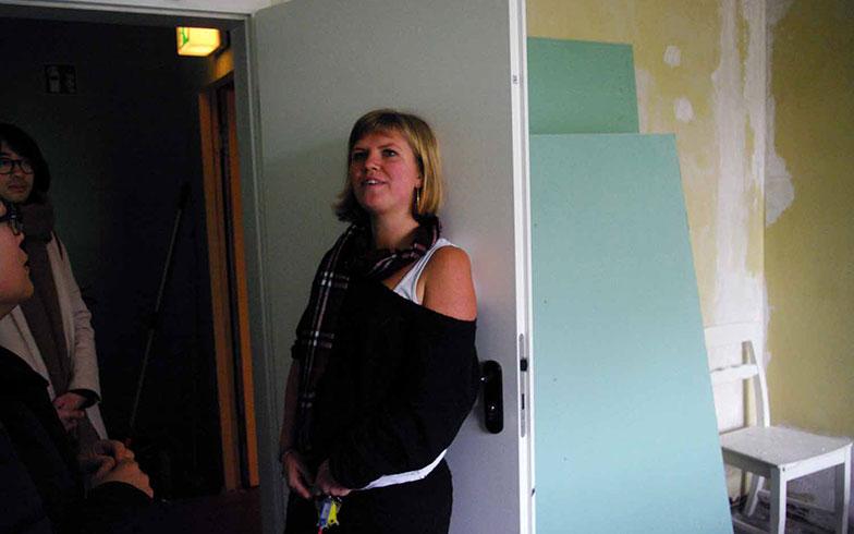 【画像5】ホステルを運営する女性4人のうちの1人、ガブリエラさん。改修中の部屋も案内してくれた(写真撮影/村島正彦)