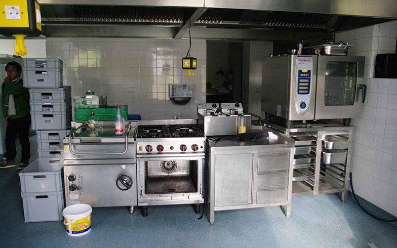 【画像6】同じ建物に入居するケータリング会社の調理室(写真撮影/村島正彦)