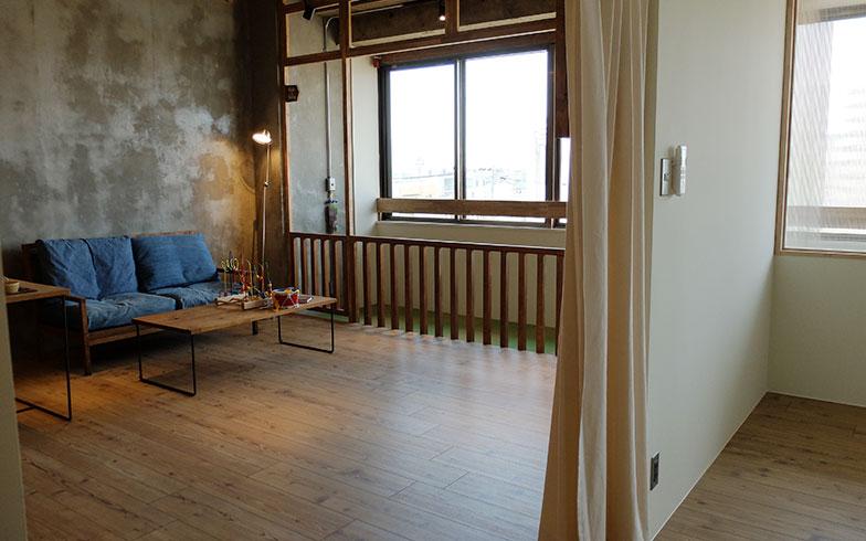 【画像6】カーペットが敷かれたハイハイグラウンドが快適そうなタイプ1の居室。子どもを遊ばせながら安心してくつろげる(写真撮影/倉畑桐子)