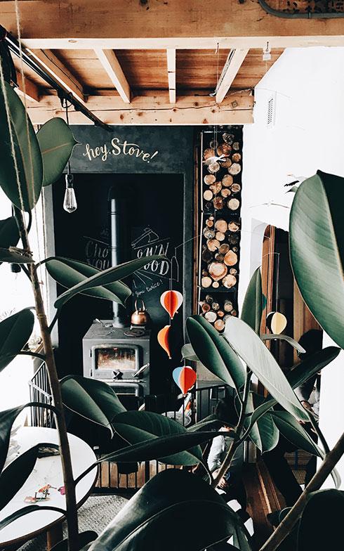 【画像4】リビングの薪ストーブは、家の断熱性能が上がったことで出番のない日も(写真撮影/伊藤菜衣子)