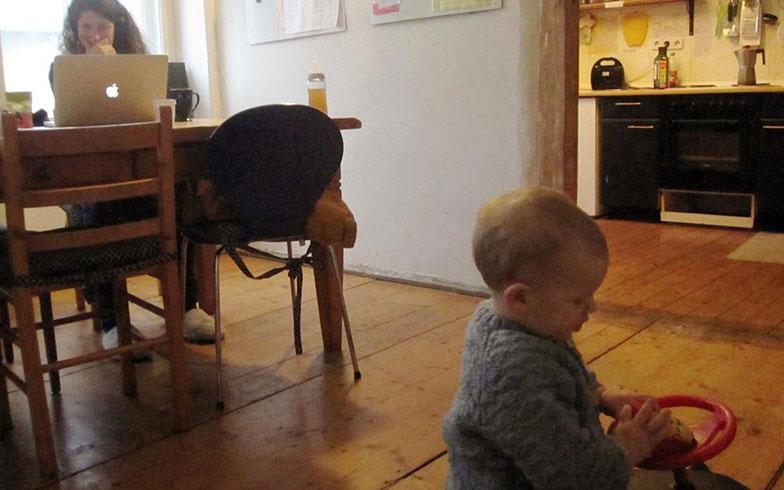 【画像2】子どもたちのスペースのすぐ隣に親たちのためのワークスペース(写真提供/吉岡春菜)