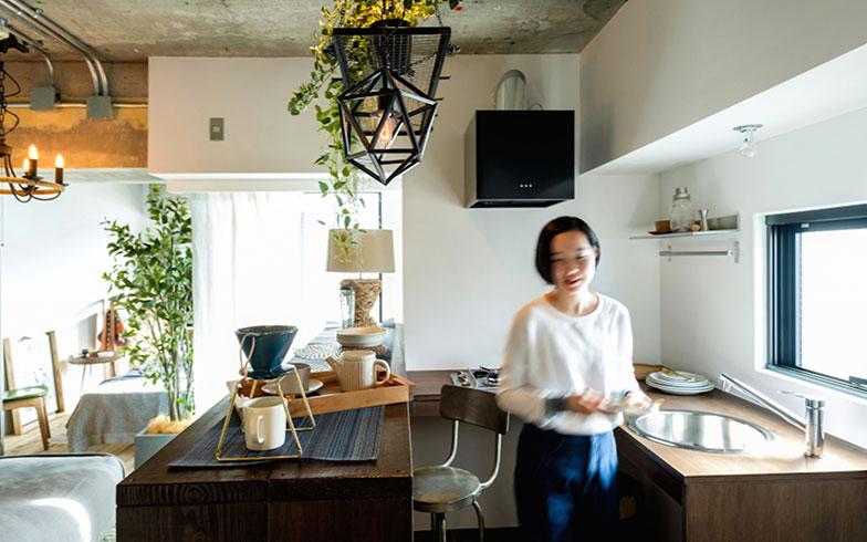 【画像4】コの字型キッチンは動線が短くて料理が手早くできそう(画像提供/REISM株式会社 ※モデル撮影)