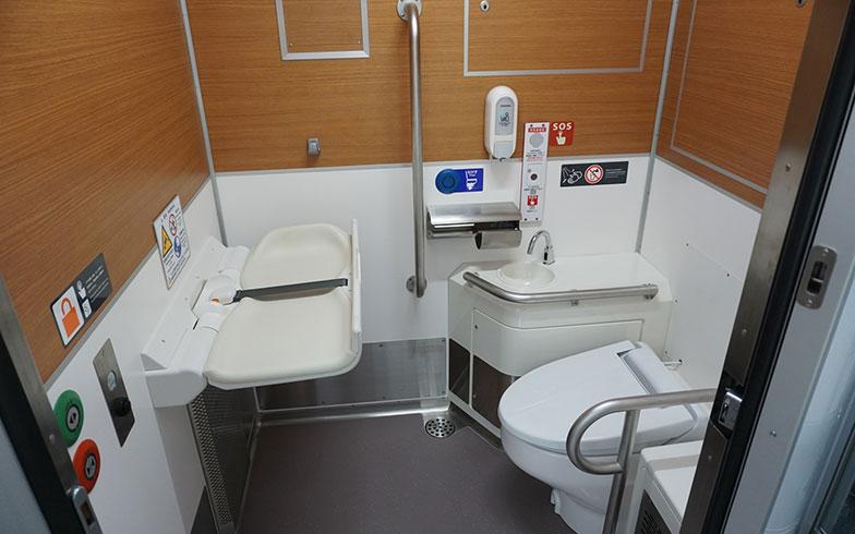 【画像3】車いすを利用している人でも、ゆったり使える広々としたトイレ。おむつ交換シートもあるので、小さいお子さま連れのおでかけも安心だ(画像提供/西武鉄道)