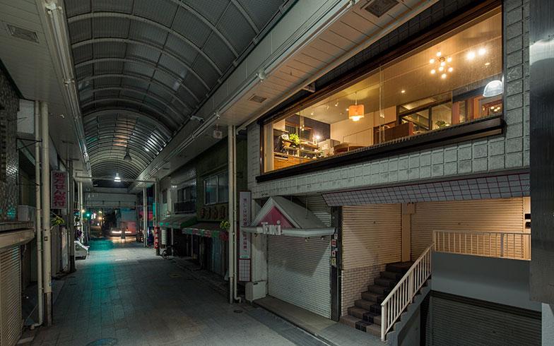 【画像1】どこか懐かしい商店街の雰囲気とモダンなリビングの対比も印象的(写真撮影/camekiti)