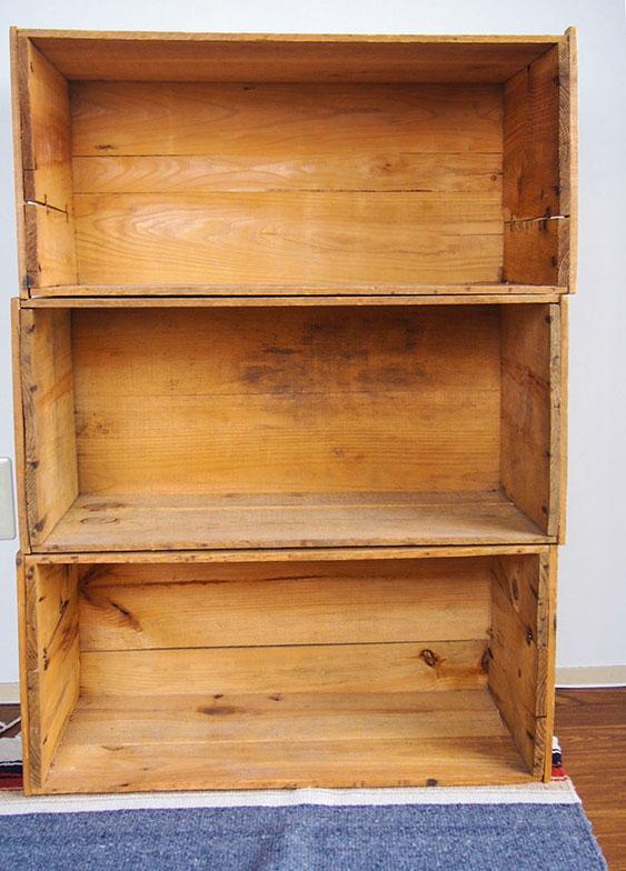 【画像4】3つのリンゴ箱を重ねただけで、味のある家具になる(写真撮影/明日陽樹)