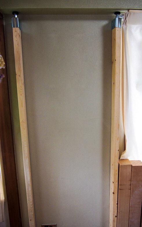 【画像9】天井と金具の境目にクッション材などをはさめば、天井のへこみや傷を抑えられる(写真撮影/明日陽樹)
