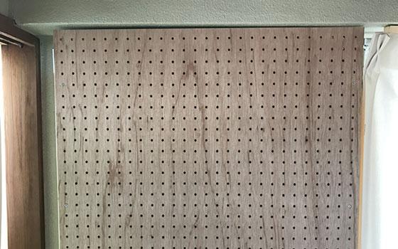 【画像10】有孔ボードはたくさん穴が開いているので、まっすぐネジを入れるのが苦手な人でも失敗しにくい(写真提供/石坂健)