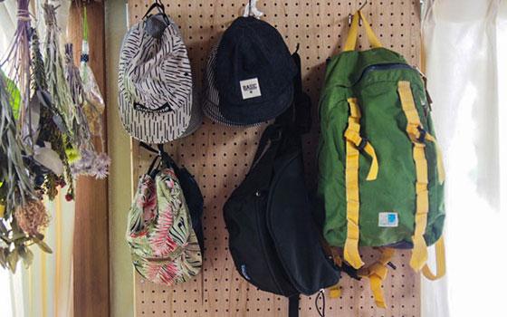 【画像11】この写真ではバッグと帽子をかけているが、女性ならネックレスなどのアクセサリーも良さそう(写真撮影/明日陽樹)