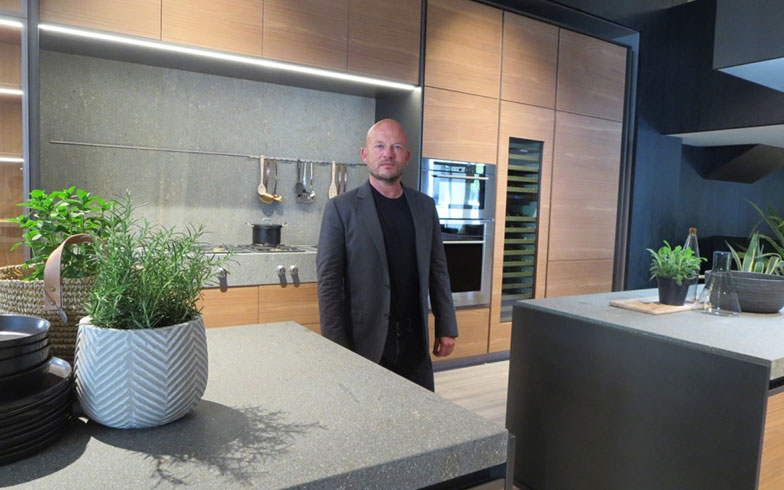 【画像1】Vincent Van Duysen @Molteni&C|Dada。Duysen氏は数多くのブランドから家具や照明を出している、超売れっ子(写真撮影/藤井繁子)