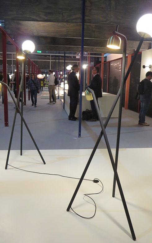 【画像6】Frontの新作[Tripod Lamp]@FontanaArte(写真撮影/藤井繁子)