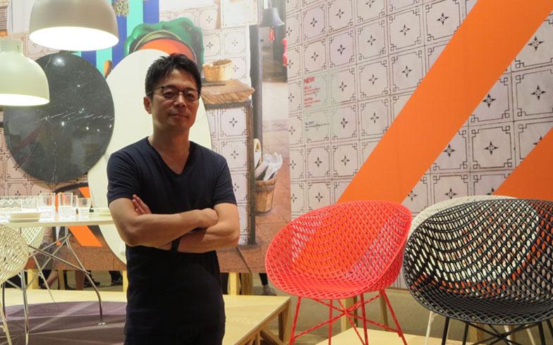 【画像12】吉岡徳仁、新作プロトタイプのチェアーの前で。外国人ファンからも声をかけられていた@Kartell(写真撮影/藤井繁子)