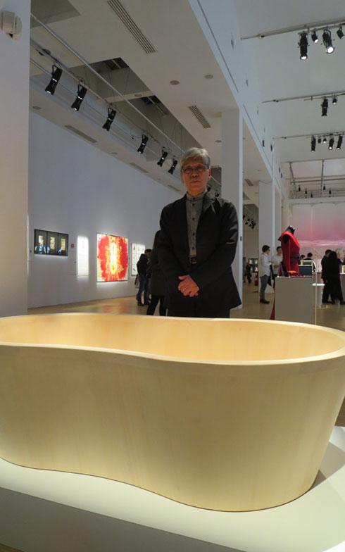 【画像16】木製浴槽[O-Bath mugen](檜創建株式会社)をデザインした川上元美氏@「匠」展(写真撮影/藤井繁子)