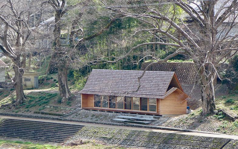 【画像3】屋根や外壁、窓サッシも自然木による建材なので、風景に溶け込んで違和感が無い(写真撮影/藤井繁子)