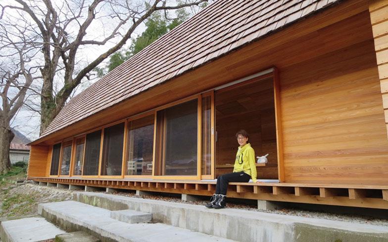 【画像7】木製サッシの大型引き戸が連なる大開口。縁側テラスは、行き交う人が気軽に立ち寄ることができるコミュニケーション機能(写真撮影/石橋輝一)