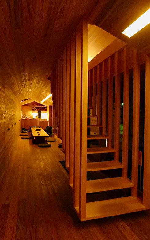 【画像8】1階玄関から奥のキッチンまでオープンなワンルーム。浮いているような造作の階段が、空間のアイコンになっている(写真撮影/藤井繁子)