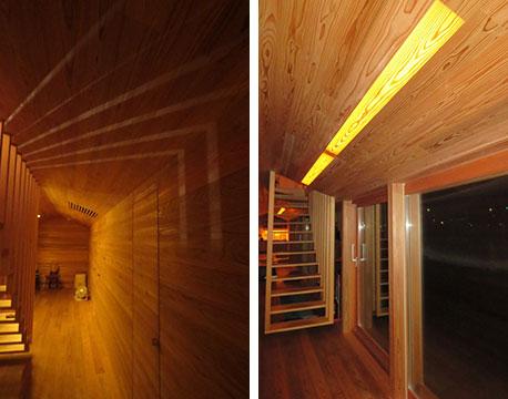 【画像9】階段のスリットから漏れる光が、杉の壁に描いた模様に感動! 天井はめ込みの照明は、0.3mmの杉(突き板用)を透過して照らすデザイン。年輪が透けて美しい(写真撮影/藤井繁子)