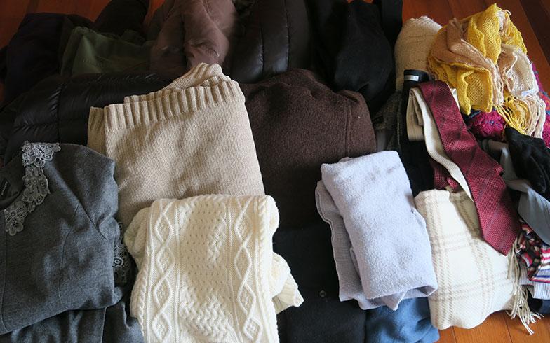 【画像3】床に並べた30点の衣類。大物衣類でトクした分、いつもは手洗いしているマフラーやストール、手袋などの小物も依頼することに。小物ながら値が張るシルクのネクタイも(写真撮影/内田優子)
