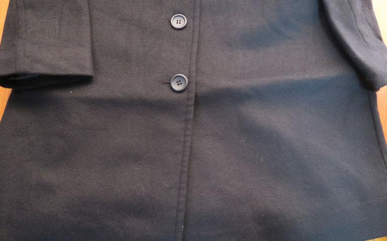 【画像13】カシミヤのロングコートの裾についてしまった折ジワ。直るか不安でしたが、一晩つるしたら目立なくなりました!(写真撮影/内田優子)