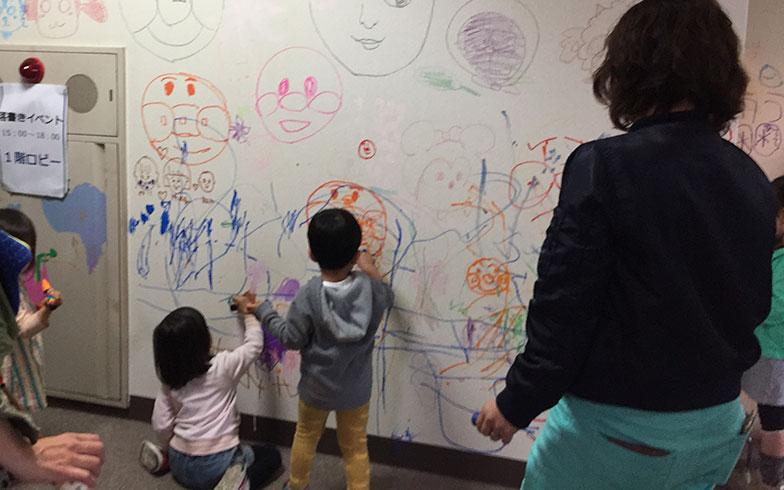 【画像8】研修所の壁にお絵かきを楽しむ子どもたち(写真撮影/富谷瑠美)