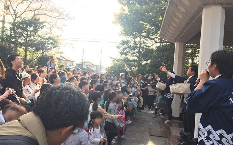 【画像10】餅まきの儀式に集う人々(写真撮影/富谷瑠美)