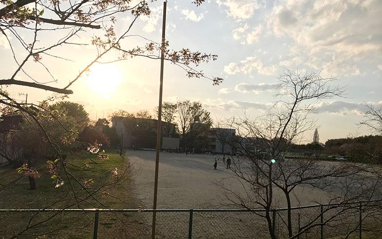 【画像14】式典終了後、グラウンドに集い始める人々。これからねぶくろシネマが始まる(写真撮影/富谷瑠美)