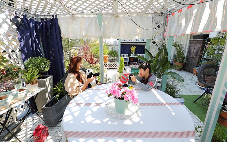 【画像8】ベランダは9歳になる息子さんにとっても格好の遊び場。工作をしたり、鳥を観察したりとベランダでのひとときは子どもの好奇心も刺激する(写真撮影/飯田照明)